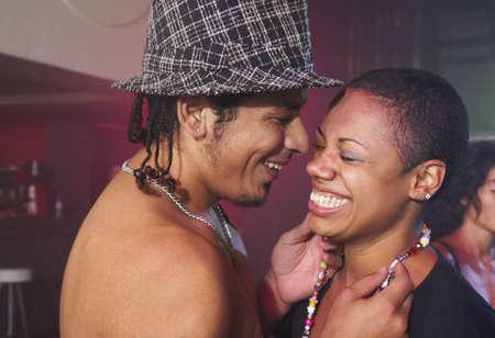 night club: Multi-ethnic pareja riendo en el club de noche