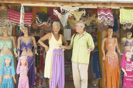 buikdansen: Senior paar op zoek naar buikdansen outfits
