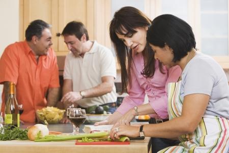 Groep van middelbare leeftijd vrienden koken