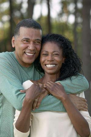 mid adult couple: Mediados pareja adulta de pie la celebraci�n entre s� LANG_EVOIMAGES