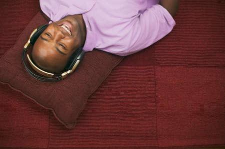 seres vivos: Hombre joven que escucha la m�sica a trav�s de auriculares