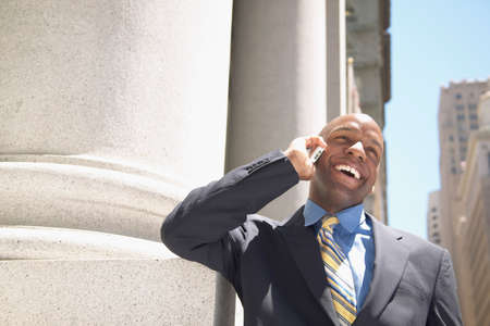 hauteur: Mid adult man talking on a mobile phone smiling