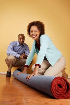 seres vivos: Retrato de una joven pareja con una alfombra enrollada LANG_EVOIMAGES