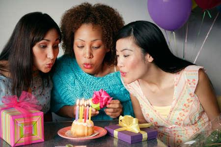 seres vivos: Las mujeres j�venes que celebran un cumplea�os LANG_EVOIMAGES
