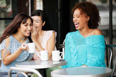 seres vivos: Las mujeres j�venes sentados en una mesa al aire libre LANG_EVOIMAGES