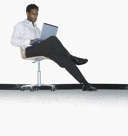 mid adult man: Mediados de hombre adulto que trabaja en un ordenador port�til LANG_EVOIMAGES
