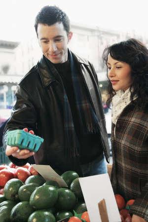 mid adult couple: Mediados de pareja de adultos de compras en un supermercado