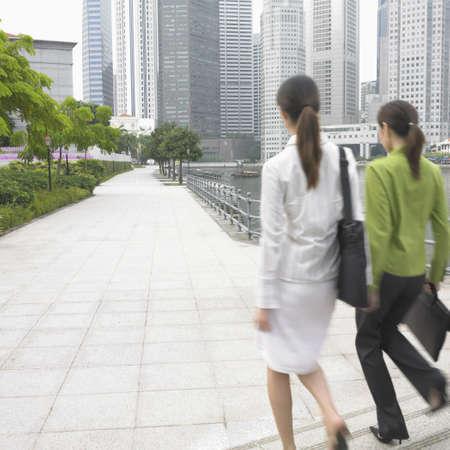 bajando escaleras: vista trasera de dos j�venes empresarias caminando por las escaleras