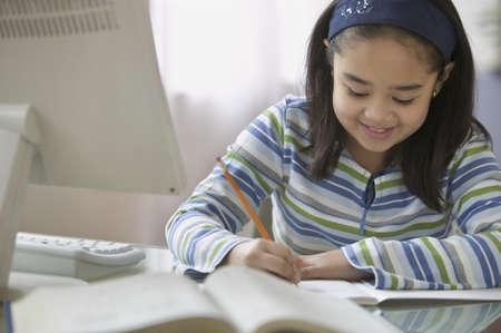 ni�os escribiendo: Chica haciendo su tarea