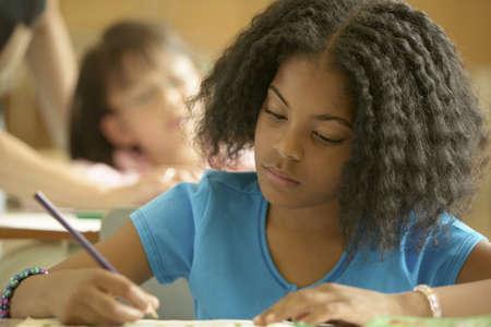 ni�os escribiendo: Ni�a sentada en un aula