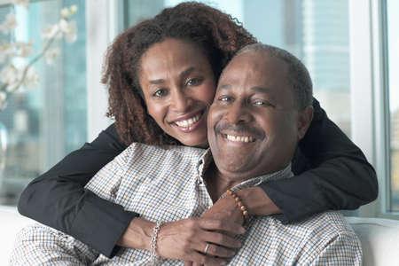 hombres maduros: Retrato de una pareja sonriente