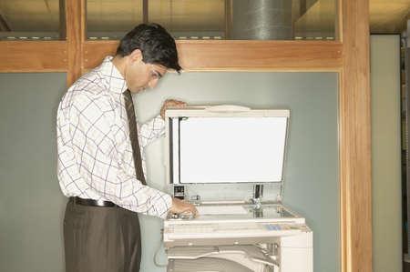 fotocopiadora: Hombre de negocios usando una fotocopiadora