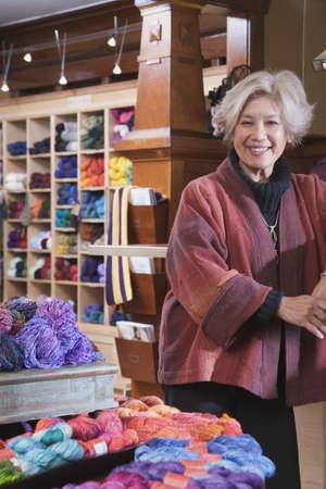 Frau in Garn-Shop
