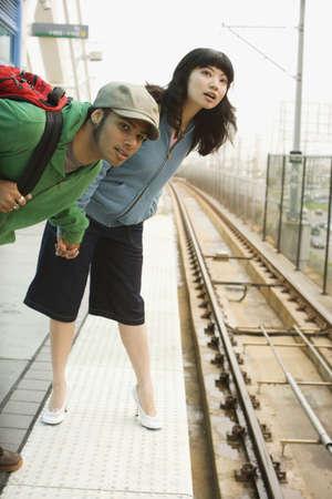 estacion de tren: Pareja joven en la estaci�n de tren