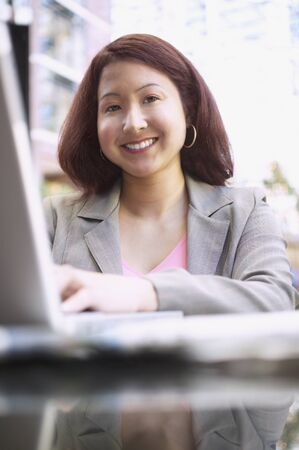 rushed: Businesswoman working on a laptop LANG_EVOIMAGES