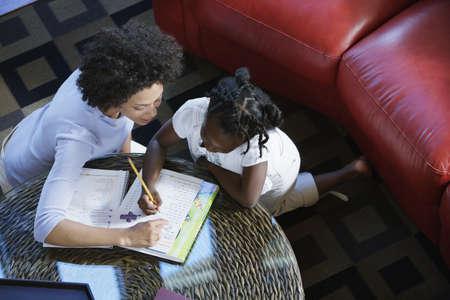 deberes: Mujer ayuda a la muchacha con la tarea