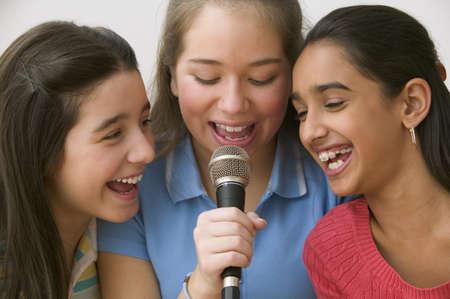 cantando: Tres ni�as cantando con micr�fono