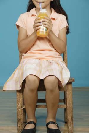 bebes niñas: Jovencita bebiendo jugo