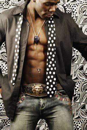 nackte brust: Junger Mann mit offenem Hemd Blick nach unten