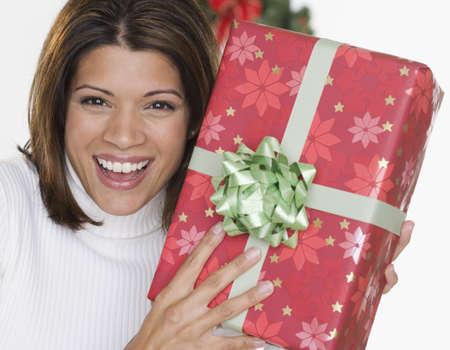 femme bouche ouverte: Portrait de femme tenant cadeau