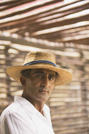 above 30: Portrait of man wearing straw hat LANG_EVOIMAGES