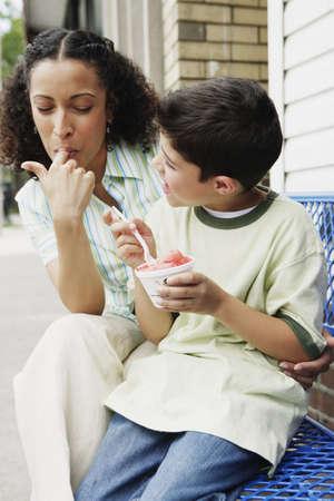 mama e hijo: Madre e hijo comiendo helado juntos