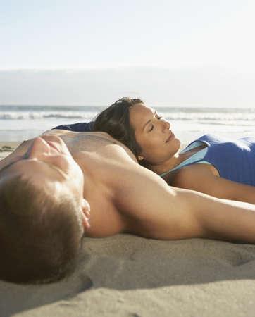 pareja durmiendo: Pares que duermen en la playa LANG_EVOIMAGES