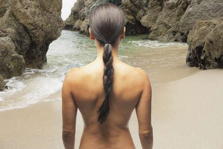 nue plage: Vue arri�re de woman�s dos nu � la plage