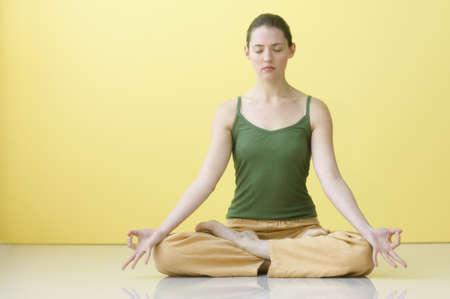 woman meditating: Joven mujer meditando LANG_EVOIMAGES