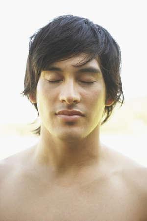 nackte brust: Junger Mann mit nacktem Oberk�rper und geschlossenen Augen