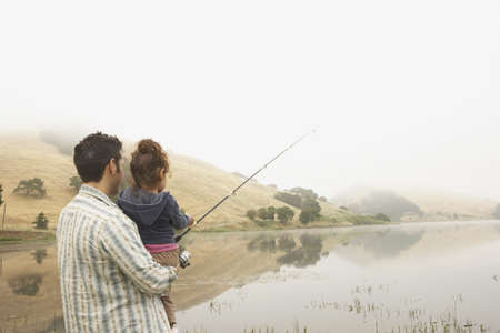 hauteur: Father and daughter fishing off a pier LANG_EVOIMAGES
