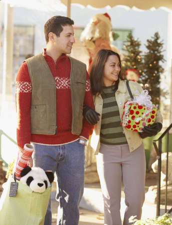 shopping buddies: Couple Christmas shopping LANG_EVOIMAGES