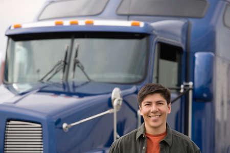 camion: Hombre de pie delante del cami�n