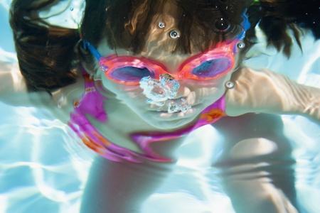 girl underwater: Meisje onder water met bril