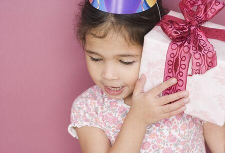 cadeau anniversaire: Fille avec un cadeau d'anniversaire et un chapeau