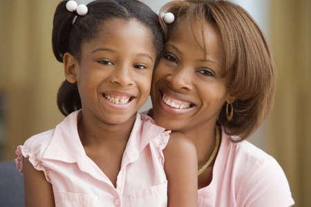 cola mujer: Madre e hija sonriendo para la cámara LANG_EVOIMAGES