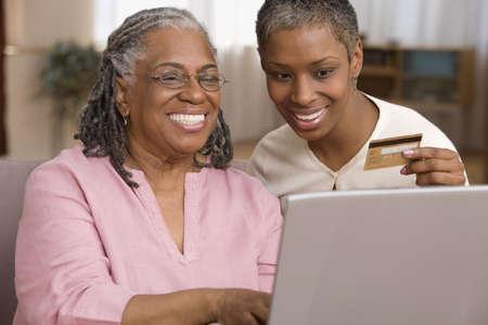 afroamericanas: Madre e hija ordenar en l�nea con tarjeta de cr�dito