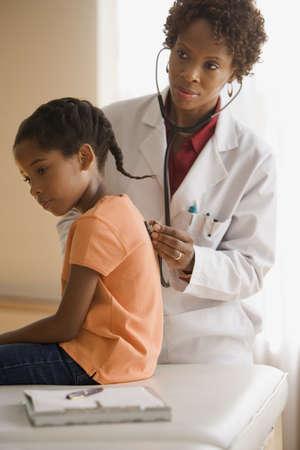 doctores: Doctor de sexo femenino que toma la temperatura del paciente LANG_EVOIMAGES