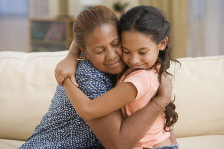 personas abrazadas: Madre e hija abrazos LANG_EVOIMAGES