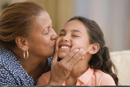 Mutter küssen ihre Tochter Wange