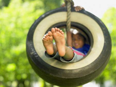 columpio: Retrato de muchacha en el oscilaci�n del neum�tico