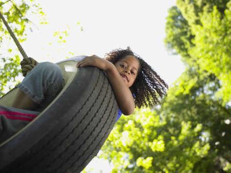 niÑos contentos: Retrato de muchacha en el oscilación del neumático