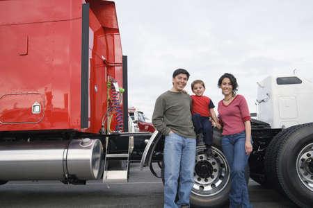Familie stehend von ihrem Lastwagen LANG_EVOIMAGES