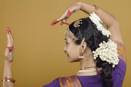 dressup: Indian woman dancing in traditional dress LANG_EVOIMAGES