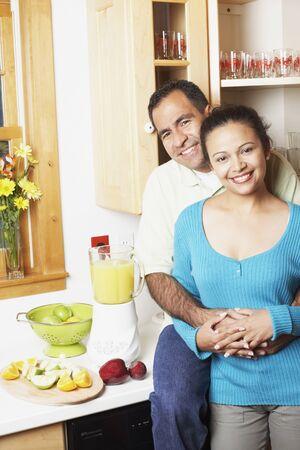 Paar knuffelen in hun keuken