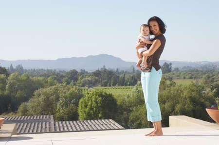 Mutter und Kleinkind posieren für die Kamera LANG_EVOIMAGES