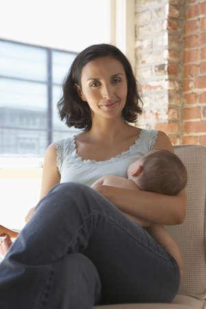 amamantando: Madre amamantando a su beb�