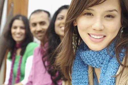 mujeres sentadas: Mujer joven que sonr�e para la c�mara