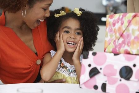 생일 선물을받는 어린 소녀