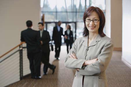 personas comunicandose: Empresaria posando